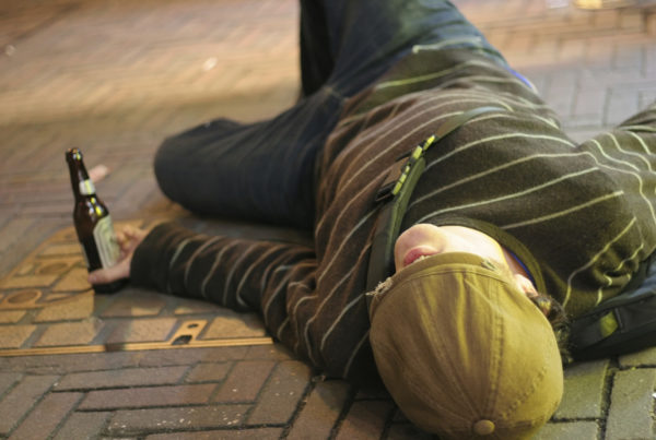 dronken man op de grond